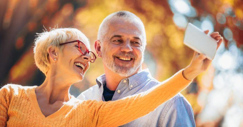 dental-implants-baby-boomers-selfie-smile